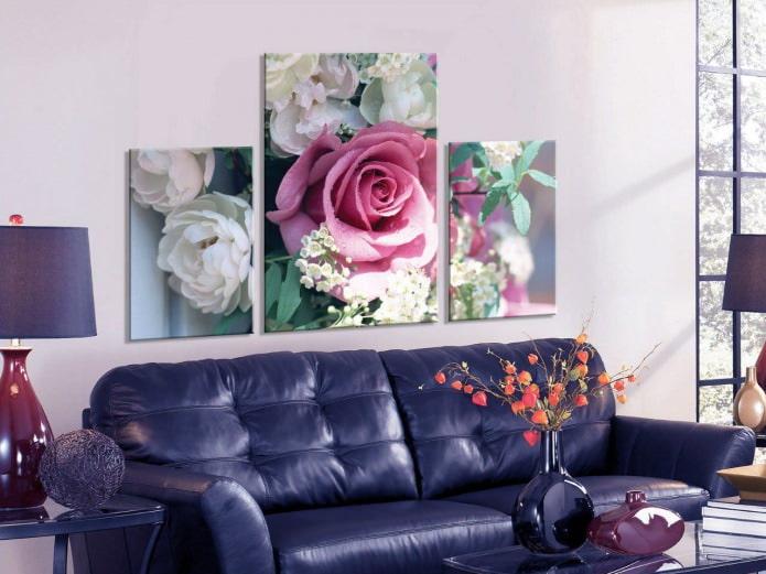 Модульная картина с розами в интерьере гостиной