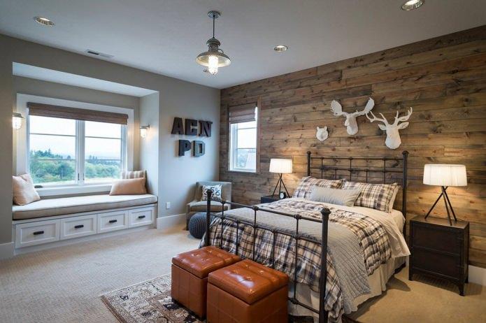 Спальня с деревянной стеной