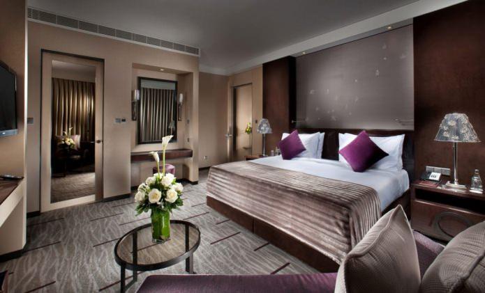 Коричневый и фиолетовый цвет в интерьере спальни