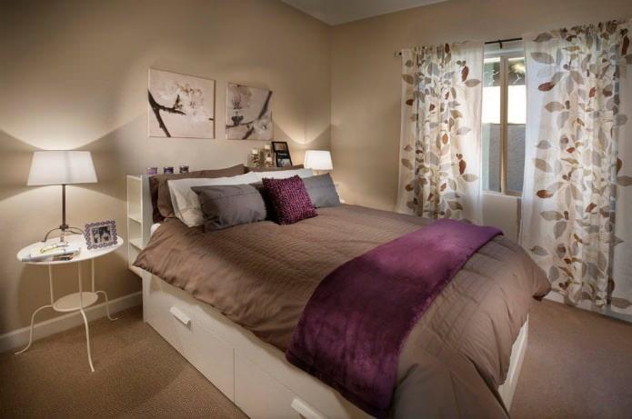 коричневый интерьер спальни с яркими акцентами