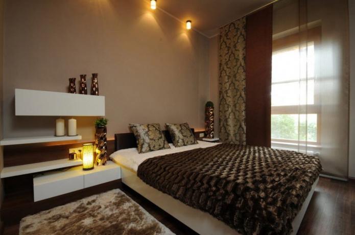 декор и освещение в интерьере коричневой спальни