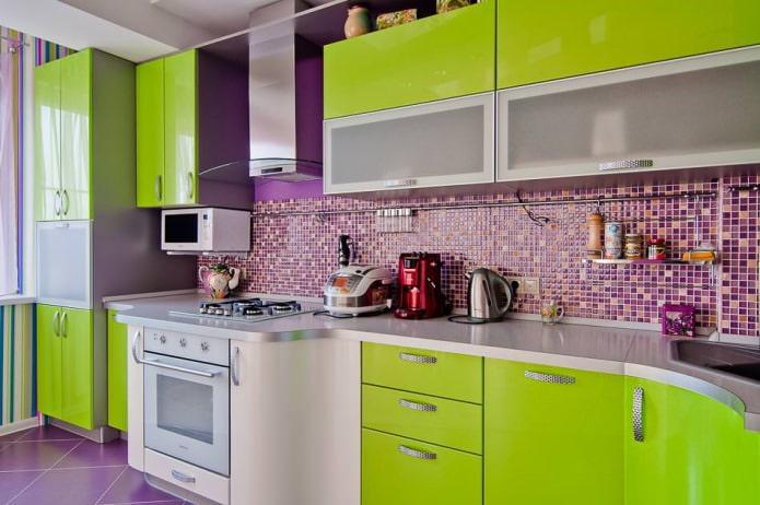 Интерьер кухни в зелено-фиолетовом цвете