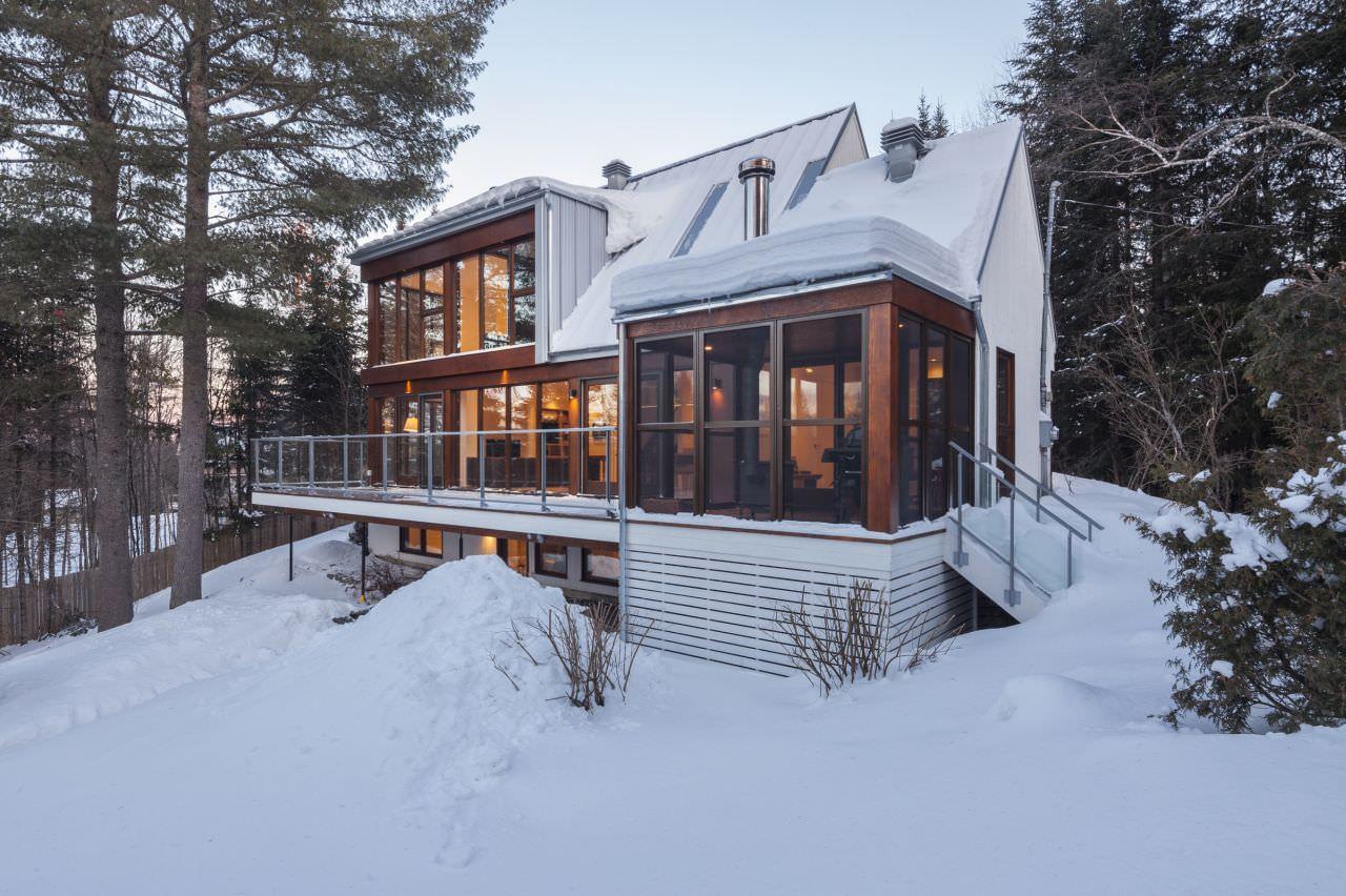 двухэтажный дом с панорамными окнами