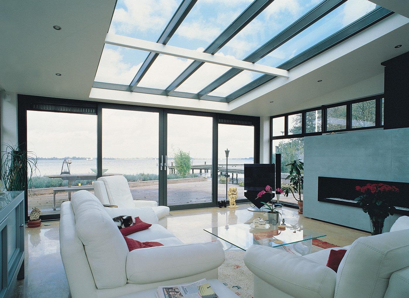 интерьер гостиной в загородном доме с панорамными окнами