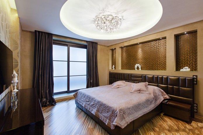 Коричневая спальня с нишами в стене
