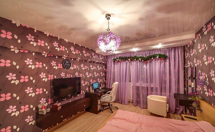 одноуровневый глянцевый натяжной потолок в интерьере спальни