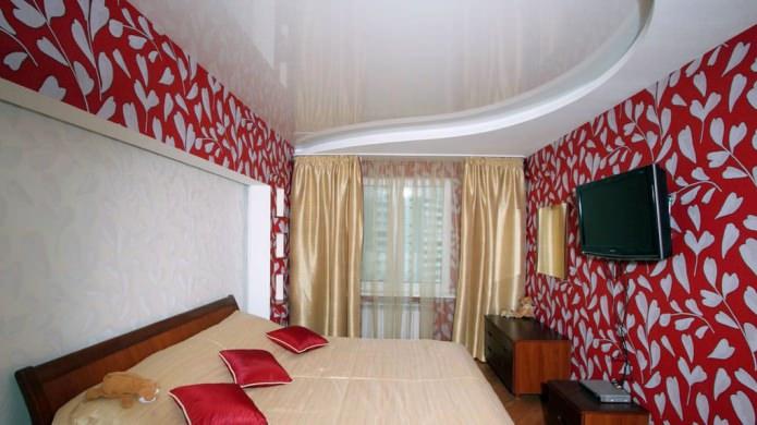 двухуровневый натяжной потолок в интерьере спальни