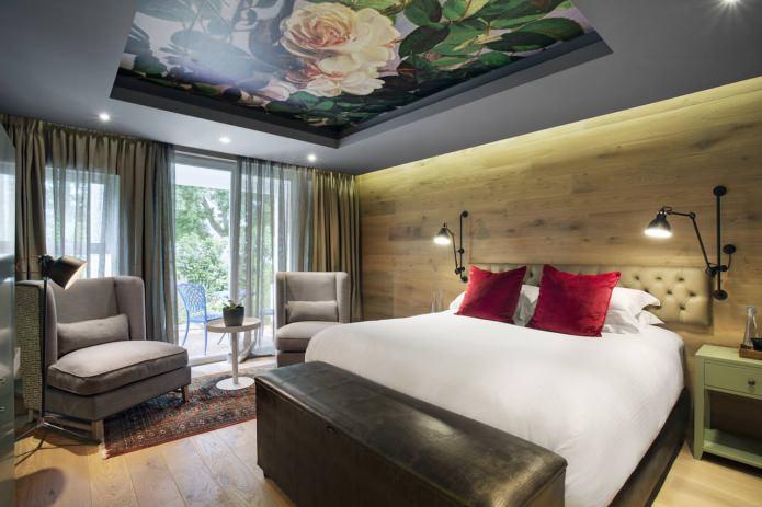 натяжной потолок с фотопечатью в интерьере спальни