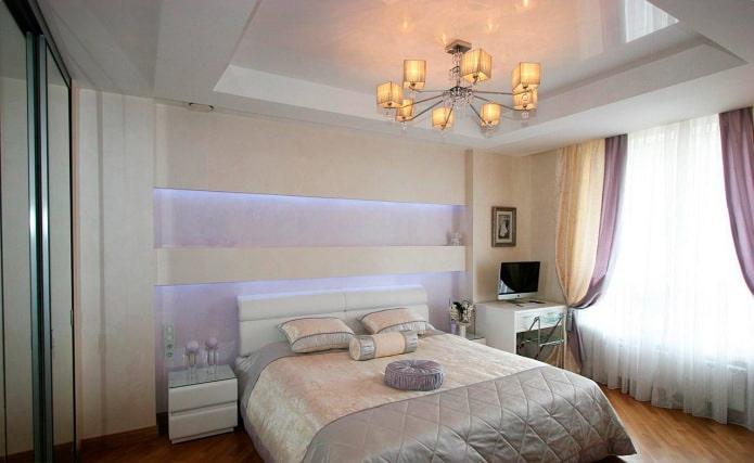 белый двухуровневый натяжной потолок в интерьере спальни