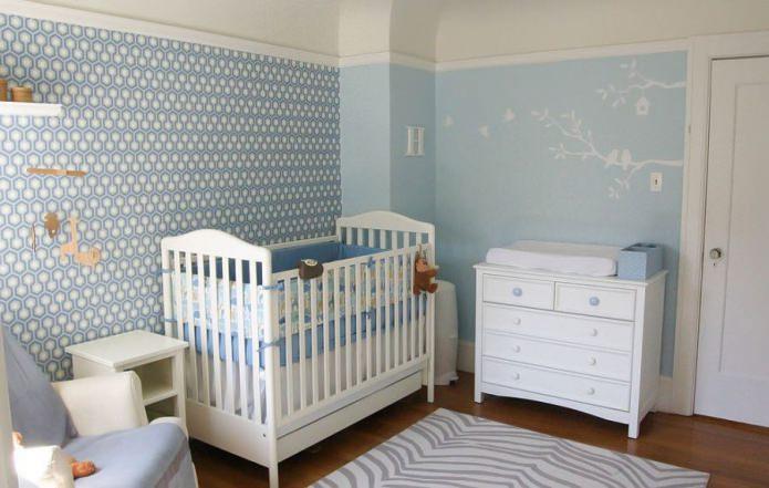 голубые обои в детской для новорожденного