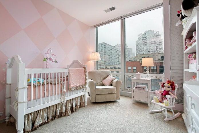 обои в розовом цвете в детской комнате для новорожденного