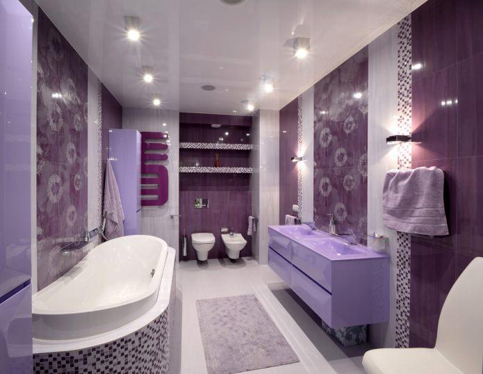 фиолетовая ванная с белой сантехникой