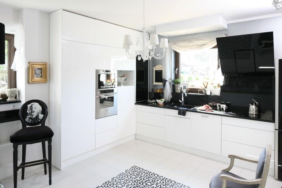 интерьер кухни в черно-белых цветах