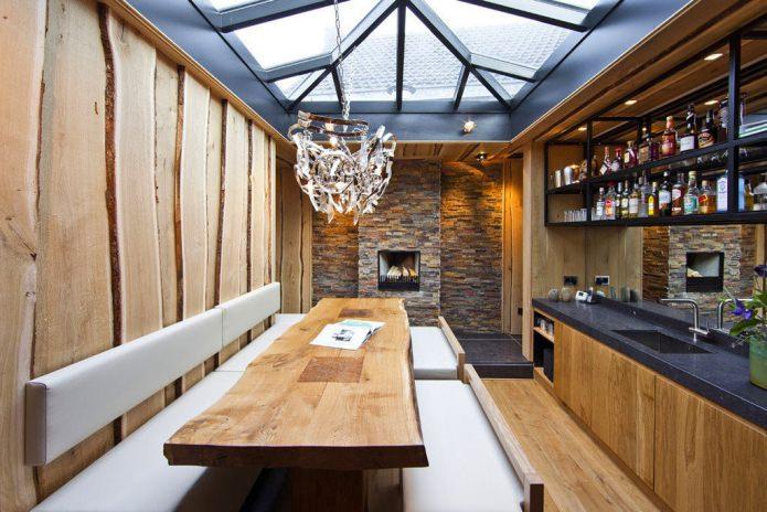 Камень и дерево в кухне