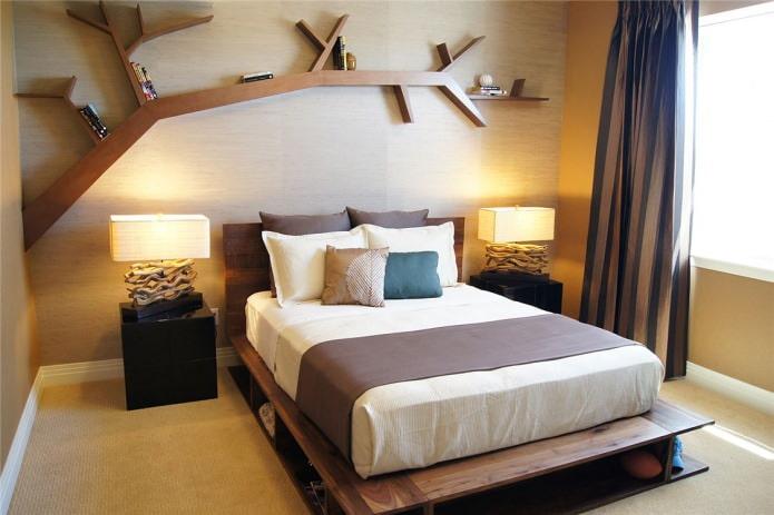 Спальня с деревянной стеной и оригинальной полкой ввиде дерева