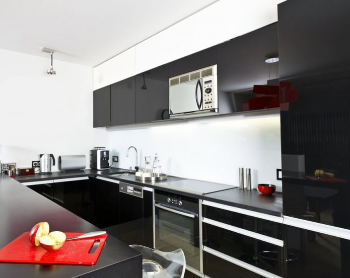 черно-белый интерьер кухни с добавлением красного цвета