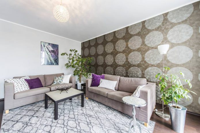 Бежево-фиолетовый интерьер гостиной