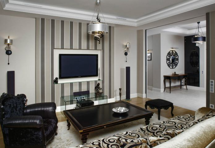 гостиная с кофейно-серыми обоями в вертикальную полоску