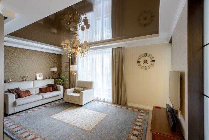 зеркальный натяжной потолок в интерьере гостиной
