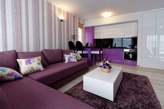 полосатые обои в гостиной в фиолетовых тонах