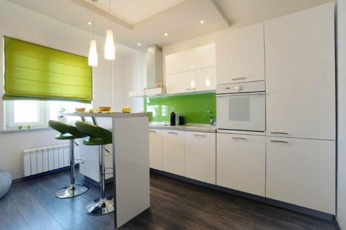 барная стойка на кухне в белых тонах