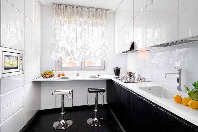 Кухня с барной стойкой у окна