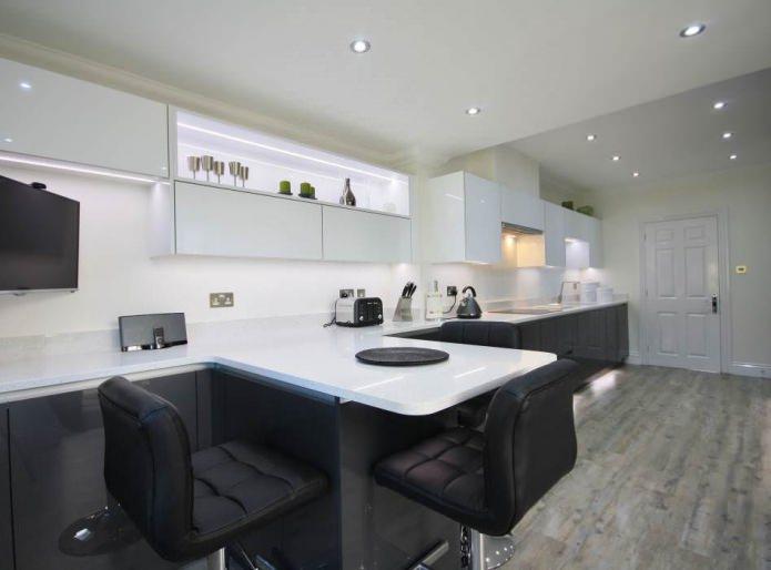черно-белая кухня с барной стойкой