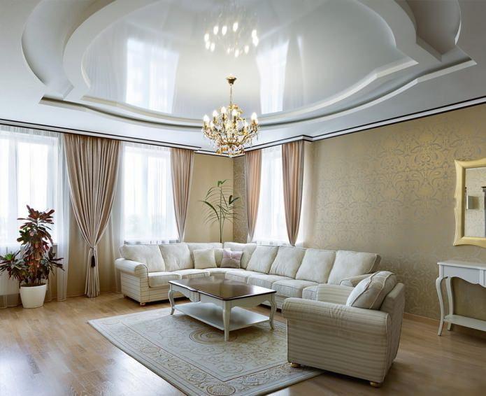 центральное освещение в гостиной с натяжными потолками