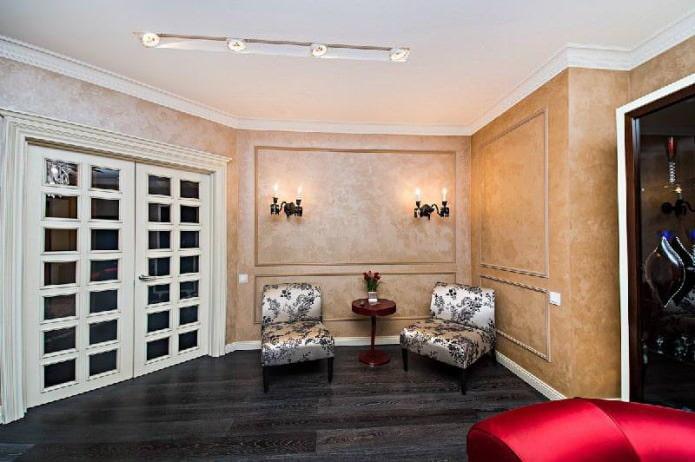 белая деревянная межкомнатная дверь с стеклянными вставками в интерьере