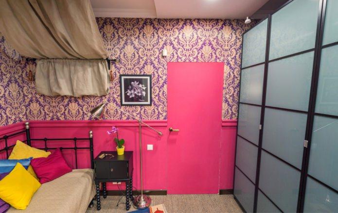 розоая межкомнатная дверь в интерьере