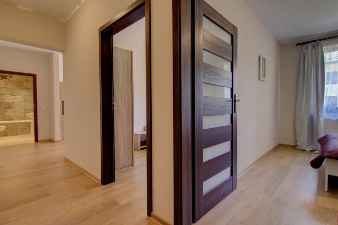 распашная межкомнатная дверь в интерьере