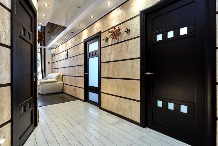 деревянная межкомнатная дверь с стеклянными вставками в интерьере