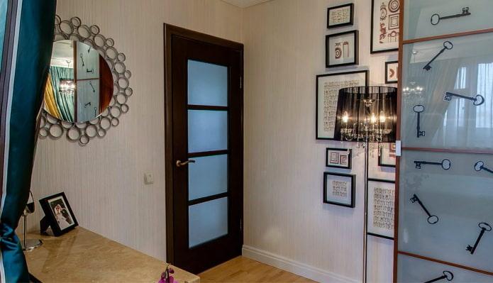 сочетание светлых обоев с темно-коричневой дверью с стеклянными вставками