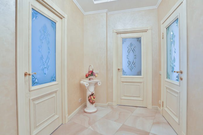 деревянная межкомнатная дверь с стеклянными вставками в интерьере коридора