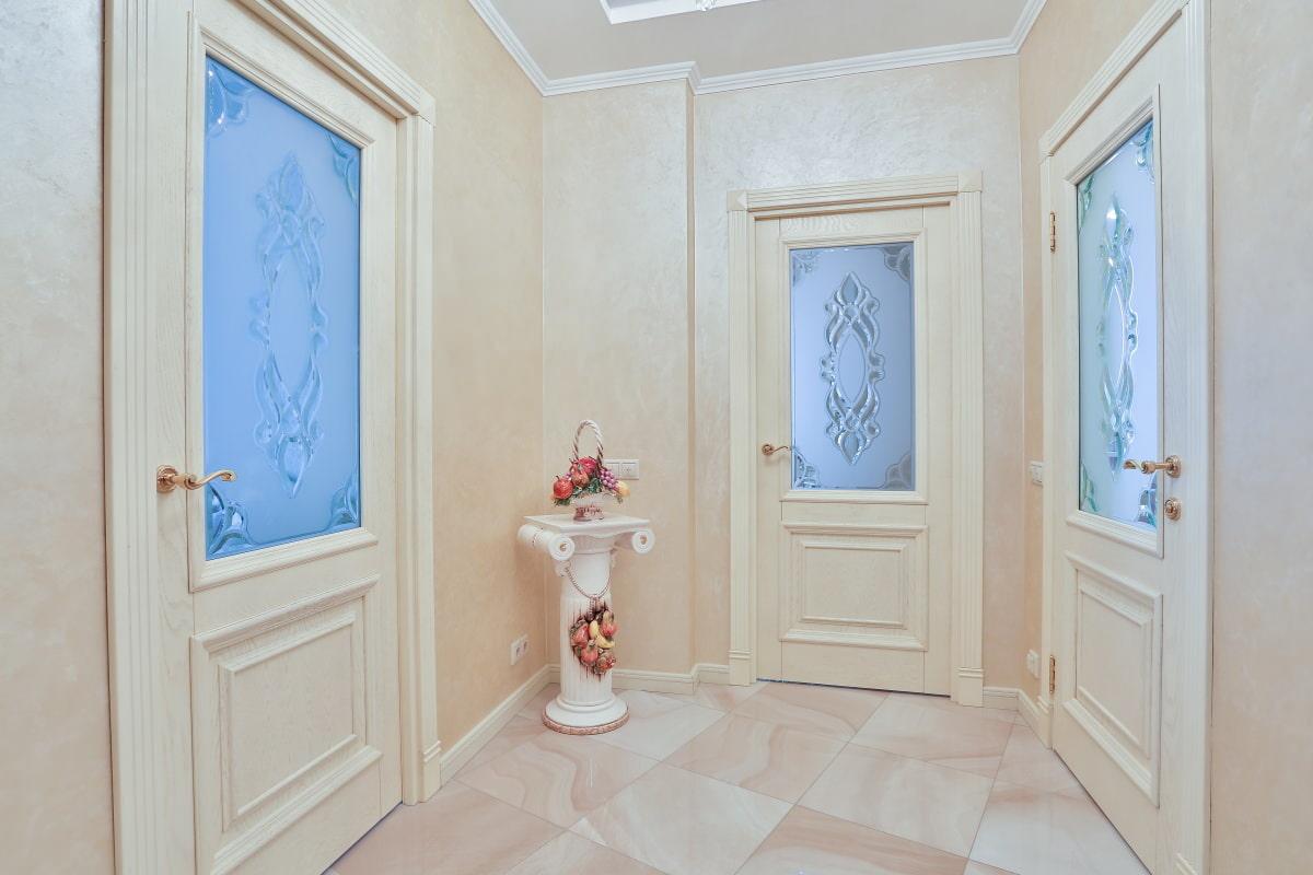 Молочные двери в интерьере фото