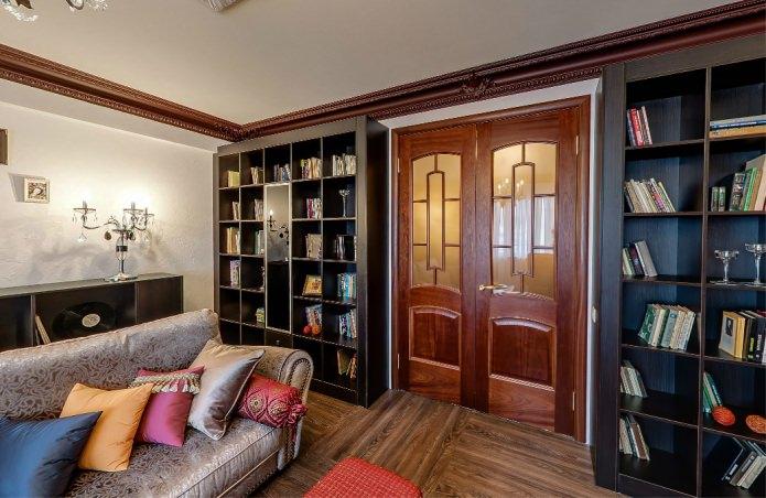 деревянная межкомнатная дверь с стеклянными вставками в интерьере гостиной