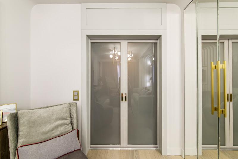 светлые двери со стеклом