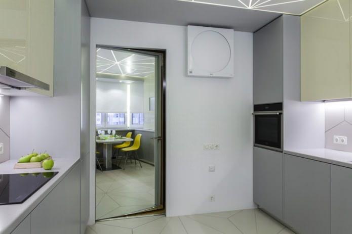 зеркальная межкомнатная дверь в интерьере кухни