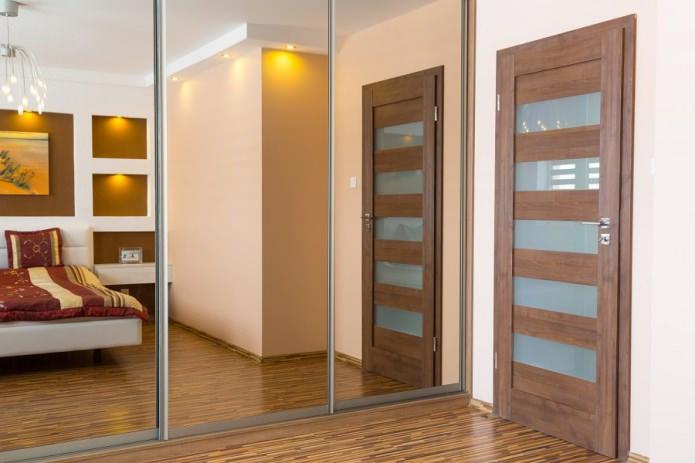 деревянная межкомнатная дверь с стеклянными вставками в интерьере спальни