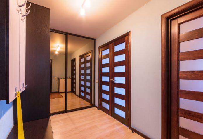 темные двери в коридоре