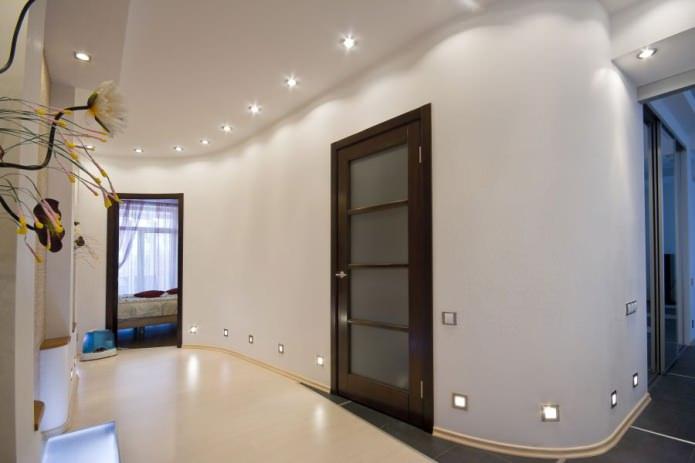сочетание светлых стен с темно-коричневой дверью с стеклянными вставками