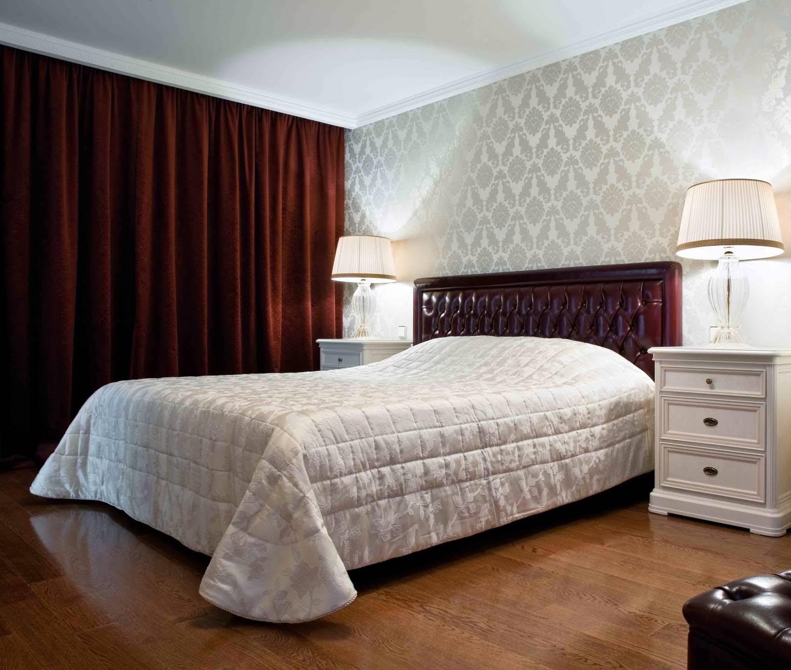 бордовые шторы в дизайне спальни с серыми обоями