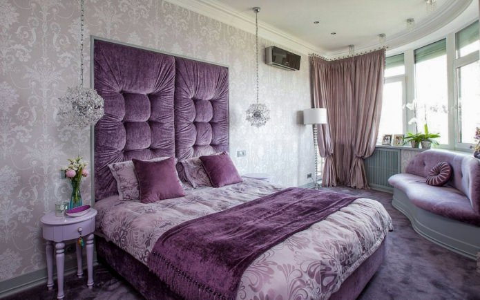 Серо-фиолетовый интерьер спальни с мягким изголовьем