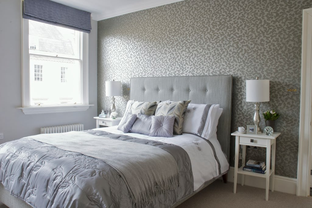 интерьер спальни с серыми обоями