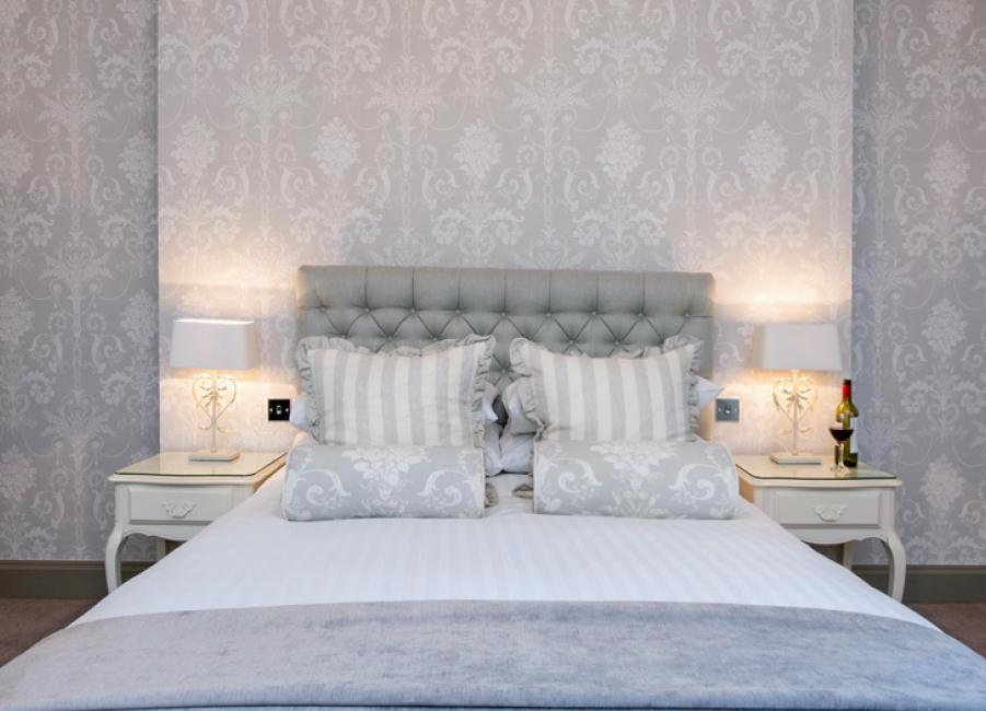 ветло-серые обои с узором в спальне