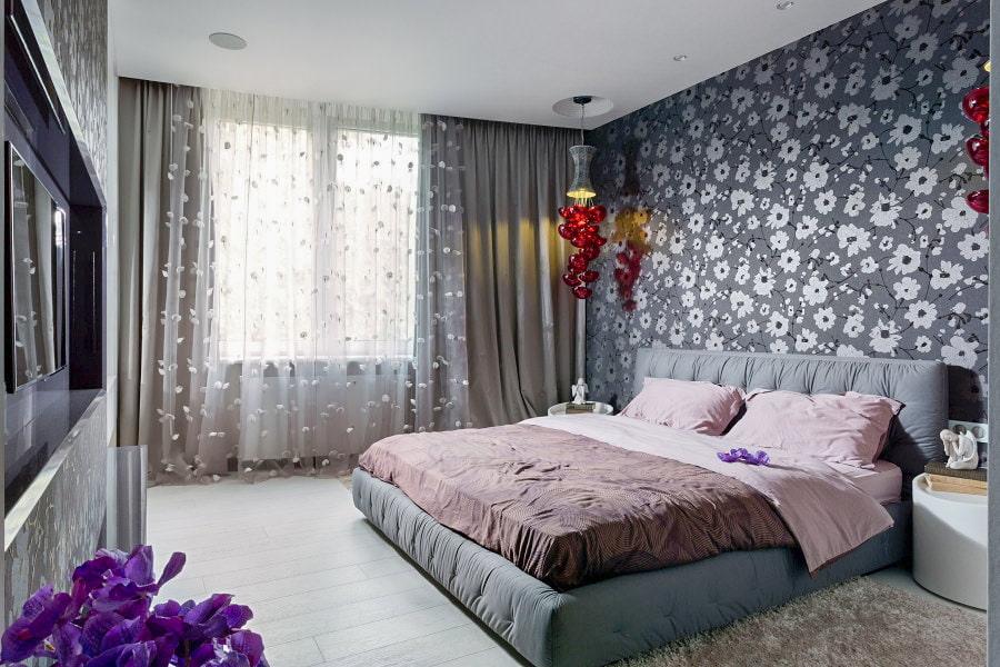 дизайн спальни с серыми обоями в цветочек