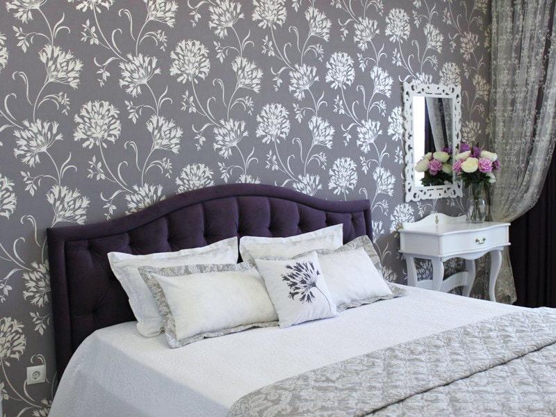 Белые цветочные узоры на серых обоях в спальне