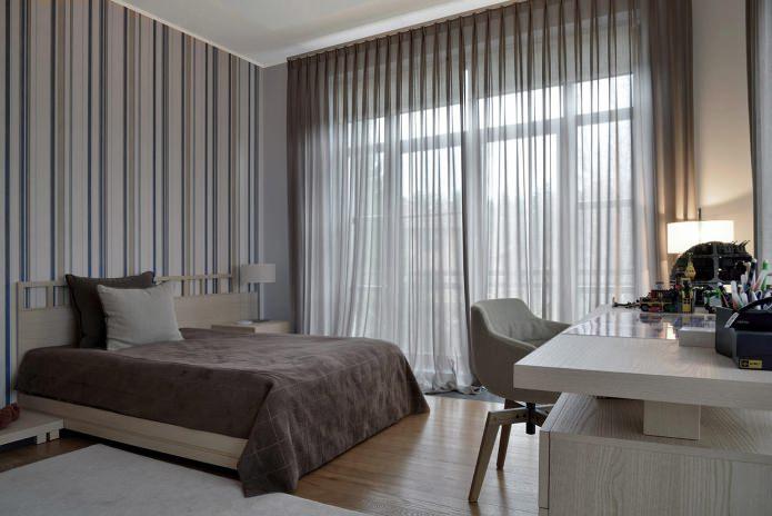 Шторы в дизайне спальни с серыми обоями