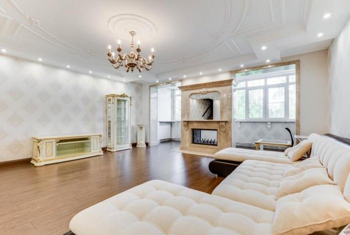 гостиная в классическом стиле с белыми обоями