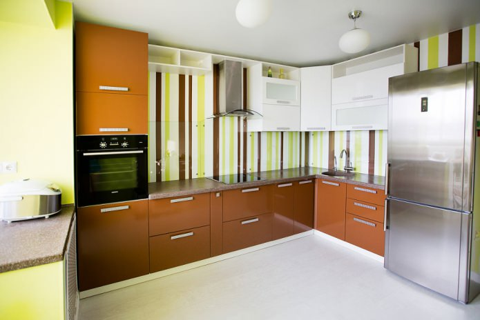 стильный и яркий интерьер кухни с зелеными обоями в полоску
